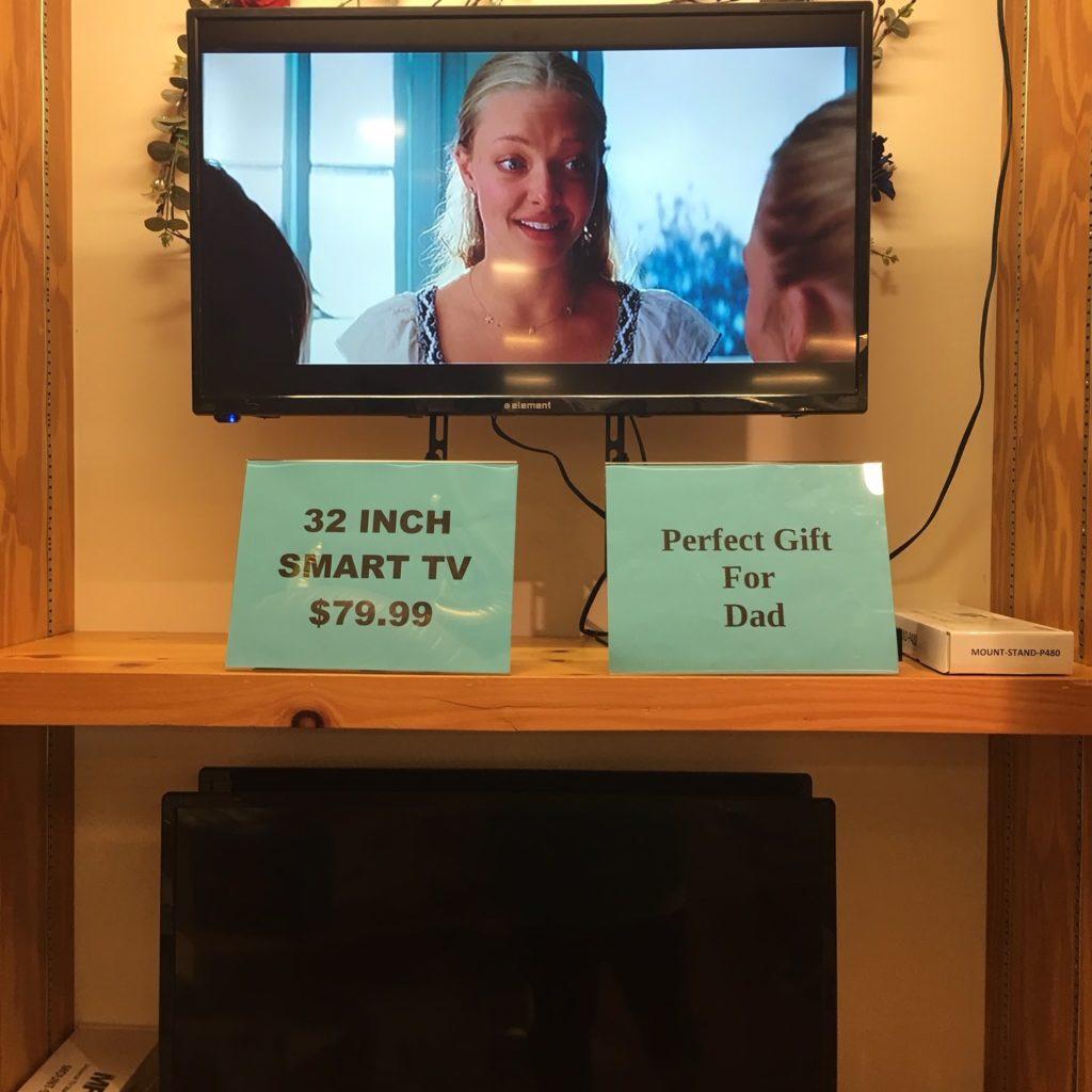 """32"""" Smart TV On Display"""
